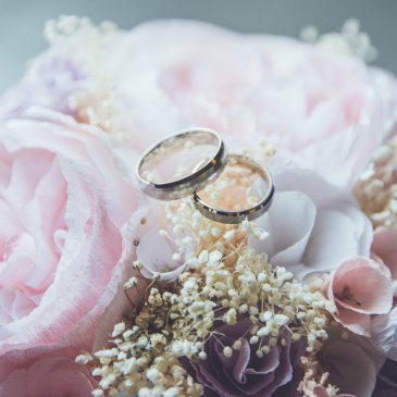 Flower decoration with wedding rings