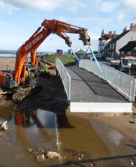 A new footbridge that will benefit pedestrians in Sandsend has been lifted into place.